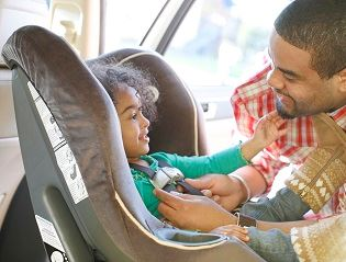 placing-child-in-car-seat